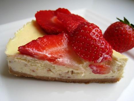 Cheesecake aux fraises et pépites de chocolat blanc aux fraises