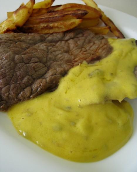 Biftecks sauce hollandaise à la moutarde et aux fines herbes