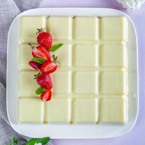 fraisier en coque de chocolat blanc