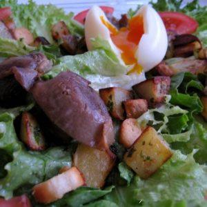 Salade gourmande aux gésiers confits et aux pommes sarladaises